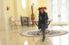 Sarah (Tatiana Maslany) entering a fancy home