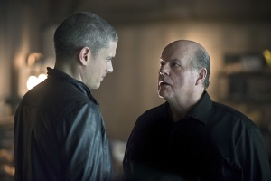 "The Flash -- ""Family of Rogues"" -- Image FLA203b_0190b.jpg -- Pictured (L-R): Wentworth Miller as Leonard Snart and Mark Hamill as James Jesse  -- Photo: Diyah Pera/The CW -- © 2015 The CW Network, LLC. All rights reserved."