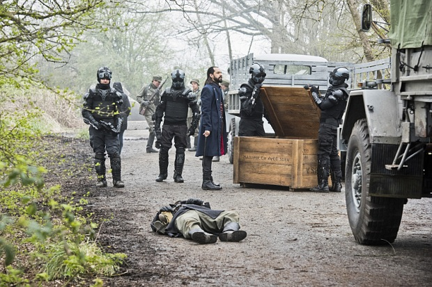 "DC's Legends of Tomorrow --""Legendary""-- Image LGN116a_0082b.jpg -- Pictured: Casper Crump as Vandal Savage -- Photo: Dean Buscher/The CW -- © 2016 The CW Network, LLC. All Rights Reserved."