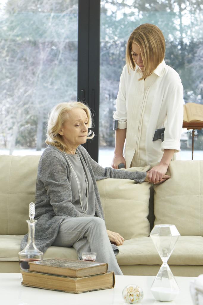 Susan Duncan (Rosemary Dunsmore) dan Rachel (Tatiana Maslany)