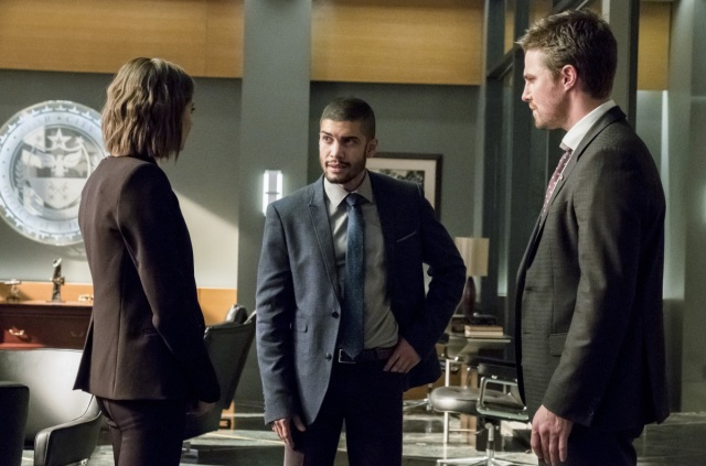 """Arrow -- """"Spectre of the Gun"""" -- Image AR513a_0088b.jpg -- Pictured (L-R): Willa Holland as Thea Queen, Queen Rick Gonzalez as Rene Ramirez, and Stephen Amell as Oliver -- Photo: Katie Yu/The CW -- © 2017 The CW Network, LLC. All Rights Reserved."""