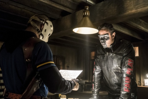 """Arrow -- """"Spectre of the Gun"""" -- Image AR513b_0016b.jpg -- Pictured (L-R): Rick Gonzalez as Rene Ramirez/Wild Dog and Echo Kellum as Curtis Holt/Mr.Terrific -- Photo: Katie Yu/The CW -- © 2017 The CW Network, LLC. All Rights Reserved."""