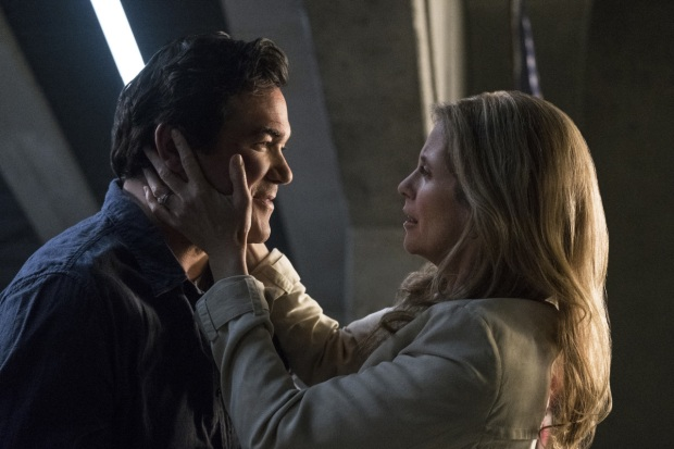 "Supergirl -- ""Homecoming"" -- SPG214b_0106.jpg -- Pictured (L-R): Dean Cain as Jeremiah Danvers and Helen Slater as Eliza Danvers -- Photo: Cate Cameron/The CW -- © 2017 The CW Network, LLC. All Rights Reserved"