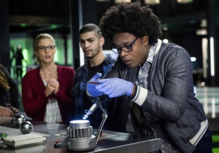 "Arrow -- ""Fighting Fire With Fire"" -- Image AR515a_0297b.jpg -- Pictured (L-R): Emily Bett Rickards as Felicity Smoak, Rick Gonzalez as Rene Ramirez, and Echo Kellum as Curtis Holt -- Photo: Diyah Pera/The CW -- © 2017 The CW Network, LLC. All Rights Reserved."